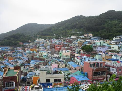 釜山では、釜山市内観光や世界遺産慶州観光などのツアーがありましたが、今回はツアーには参加せず、自由行動にしました。<br /><br />下船し港内で、韓国のお金を少しだけ両替しました。<br /><br />釜山国際クルーズターミナルから南浦洞、地下鉄チャガルチ駅近くまで無料のシャトルバスがあったので往復利用しました。