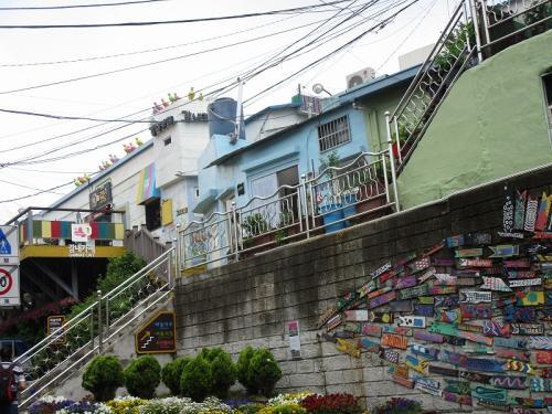 家屋を利用しアートを織り交ぜた町おこしを行い、いまでは甘川洞文化村と呼ばれるようになった街。<br /><br />山肌に立ち並ぶ家屋はカラフルにカラーリングされ、入り組んだ路地のあちこちにはアートオブジェが並び、ユニークで珍しい景色を楽しめました。