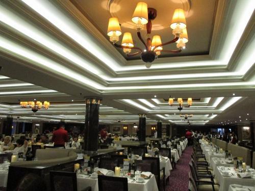 デッキ8のメインレストラン<br /><br />この船では、夕食時も座席指定はなく、毎夜違った方とお喋りを楽しみました。