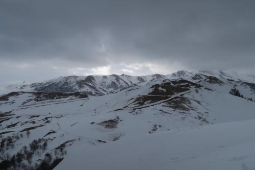 コッタ山2,269mサイドが見えます。全然雪が無いですね!<br />見えるのがMitarbi・Tatraエリアです。山頂を起点に左がMitarbiで、右は全面クローズでした。