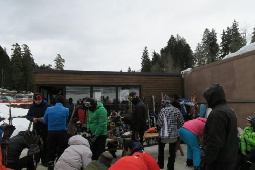リフト券売り場裏にあるレンタルスキーショップです。<br />装具は新しいタイプばかりでした!!