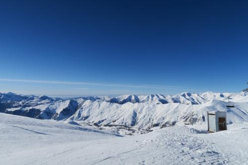 Kudebiリフト乗場からトビリシ方向を見る!山が格好良いです。