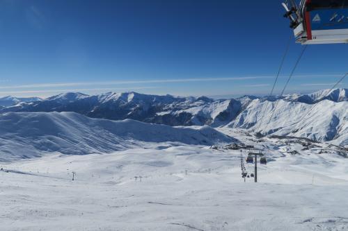 Gonaura ゴンドラを見ています。 縦長のスキー場なので景色変化がありません。 が綺麗です。