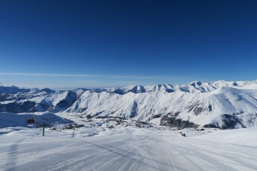 スキー場中腹から下は広い中緩斜面なので、膝イタでもスーパー高速ロングターンが楽しめます!! 景色もいい感じです。