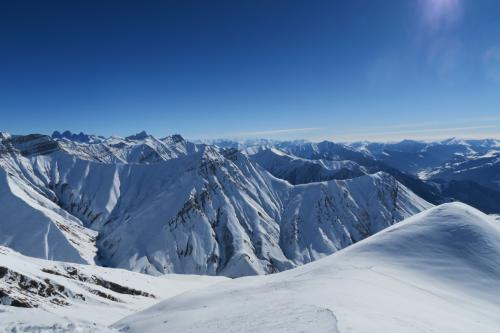 Mt.Kudebi 3,006m から東の山々を見ています。この先は絶壁コースですが滑った跡があります。すげぇ~