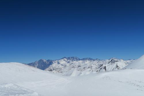 コビーパスの向こう側にある雪山。スキー場から出るとやっと険しい山々になる。