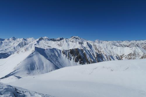 切り立った雪山景が綺麗です!
