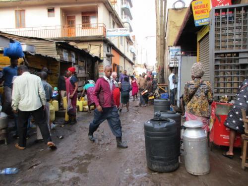 首都カンパラ中心部にして裏道に入るとご覧のとおり道路は未舗装と、「表」の世界とのギャップがはなはだしい。