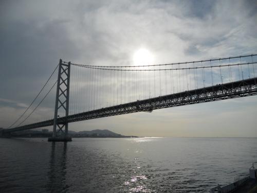 橋をくぐると逆光の明石海峡大橋<br /><br />いい感じ。