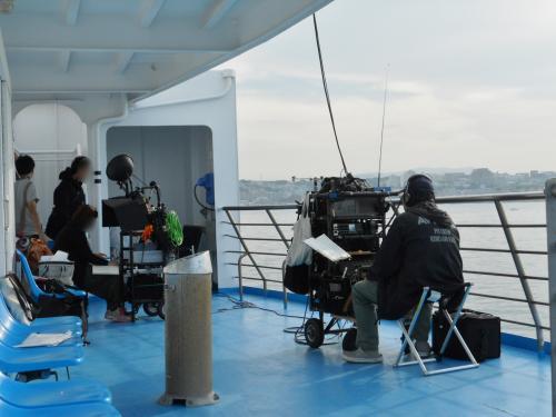 この日船内でドラマの撮影があり、3Fの和室が貸切られていました。<br /><br />写真は4F屋外デッキでの撮影スタッフ。<br /><br />展望デッキで撮影しているようです。<br /><br />ちなみに、帰りの便でも同様に撮影していました。<br /><br />船移動ではのんびり静かに過ごしたかったのですが・・・。