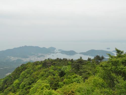展望台から小豆島町方面<br /><br />薄曇りのため眺望は50点くらい。