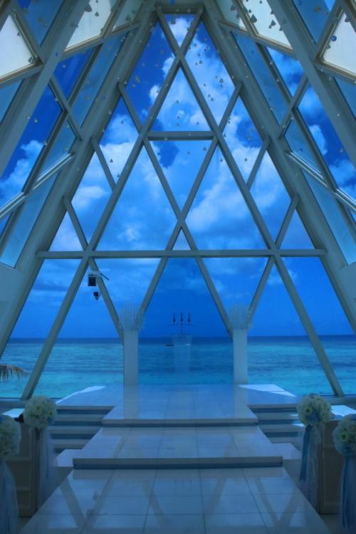 グアムウェディング『ブルーアステール』<br /><br />ガラス張りのチャペル