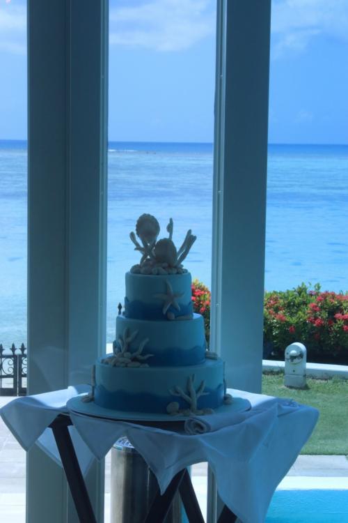 グアムウェディング『ブルーアステール』<br /><br />貝をあしらったウェディングケーキ<br />