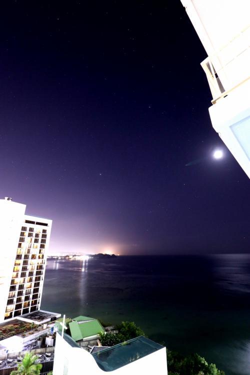 今宵も月が輝いています。<br /><br />月明りで星の数が少ない。