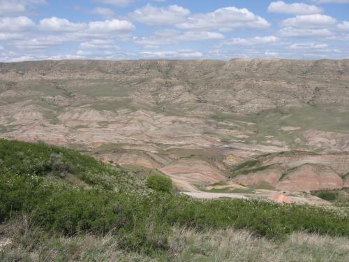 何が何だかわからないまま、ずいぶん登ってきた。<br /><br />きれいに地層の色が分かれた小山が美しい。