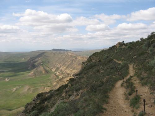 兵士の横を「パスポートは要りますか?」とか言いつつ通り抜け、アゼルバイジャン側の山道へ。