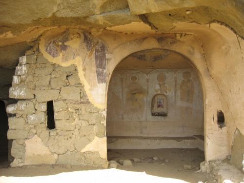 山肌には岩をくりぬいた礼拝堂がいくつもある。