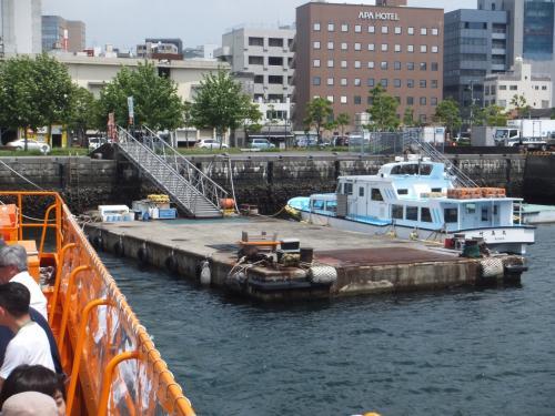 大波止の港を出港して軍艦島ツアーの始まりです。