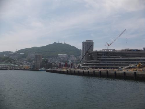 出港してすぐに再開発が進んでいる長崎駅付近の尾上町と稲佐山が見えました。