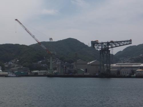 進行方向の右側を見ると三菱長崎造船所のジャイアント・カンチクレーンが見えました。<br />1909年に製造されたクレーンとの事です。
