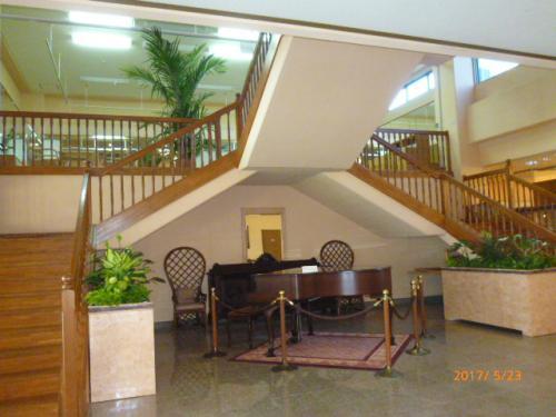 朝食のレストランへ行く階段は混雑しないように両側からの階段で~<br /><br />下にひっそりと構えるピアノは夜になると弾き語りが始まりそうな予感。。。