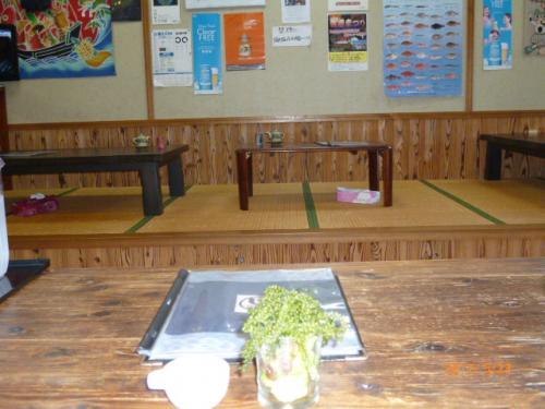 唯一と言っても過言では無い居酒屋食堂!<br /><br />海ぶどうを真っ先に注文し、正に昭和30年頃の雰囲気満載のちゃぶ台に見とれる。
