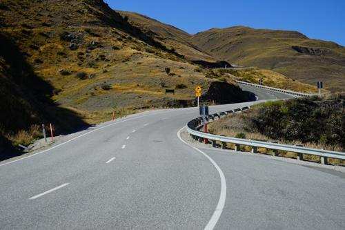 さて、今日3日目は、マウントクックへ移動です。移動ルートは、最短距離を行く方法(6号線利用)もあるのですが、ワナカへ経由にしました。ちょっと遠回りです。アロータウンジャンクションを過ぎて、「ワナカへ」の標識を確認し、「クラウン・レンジロード」へ入ります。峠越えの高原ロードです。<br />