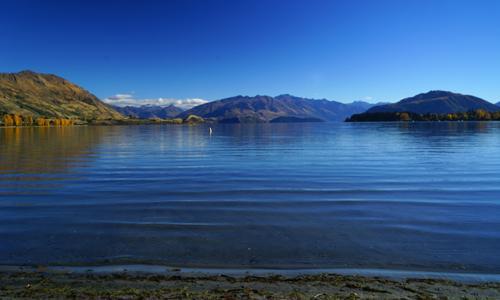 ワナカ湖の穏やかな水面です。ワナカ湖の岸辺は、歩き易く家族連れの姿が目につきました。