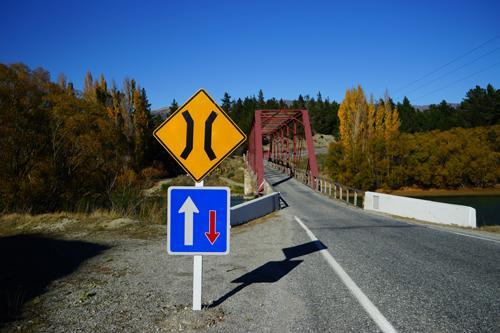 8A号線を走り間もなく、川に差し掛かると日本ではお目にかからない道路標識がありました。橋の幅が狭く1台しか通れません。どちらが優先かを示しています。ニュージーランドでは、ダウンタウンを離れると各所でこの標識を目することになります。