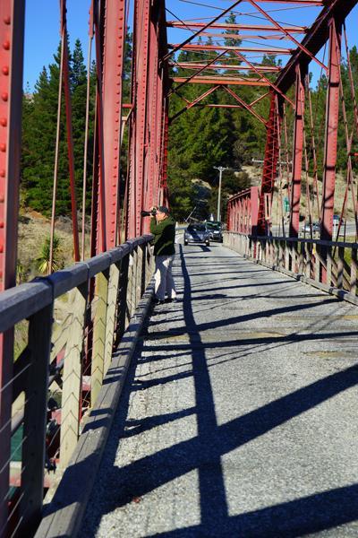 橋の中間です。前方から車が走ってきます。手すりに身体を寄せて撮影です。