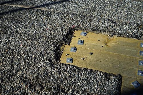 橋の上は、コンクリートがうってありますが、所々にこのような補修がしてあります。木の板です。大丈夫なんですかね。