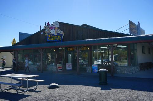 レストラン兼土産品店、ここで昼食をとりました。バーガーにホットチョコレートです。