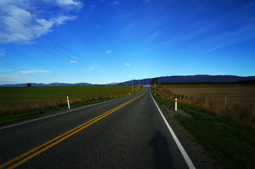 制限時速100㎞の一般道路、どこまでも続きます。行き交う車の数も少ないです。