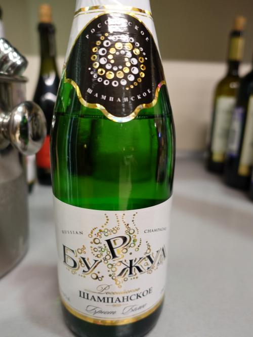 空港ラウンジには、「ルシアン・シャンパン」と書かれた泡。<br />しかも、冷えていません。<br /><br />氷を入れて飲みました(笑)