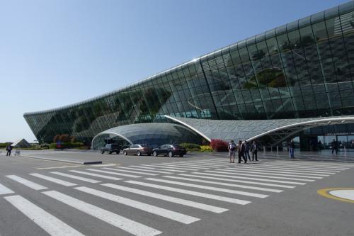 でも、外に出てみると、ガラスが印象的な空港でした。