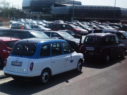 丸っこい形のタクシーはバクーの特徴みたいです。