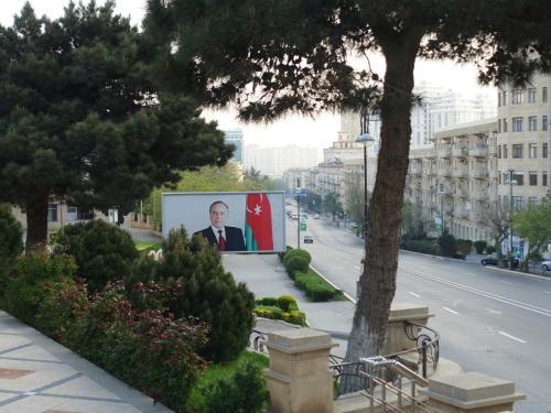 宿泊していたカフカズポイントホテル近くの街並み。<br /><br />ビジネス街で、早朝は車も人もまばら。<br />前大統領のポスターが貼ってありました。