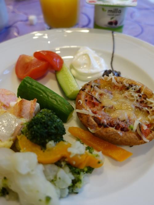 ホテルでの朝食。野菜たっぷり。チーズたっぷりです。