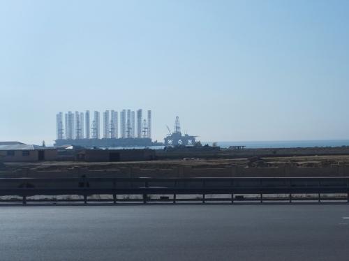 朝8時半に出発して、まずはバクー近郊のゴブスタンへ。<br /><br />途中、カスピ海の洋上油田が見えました。