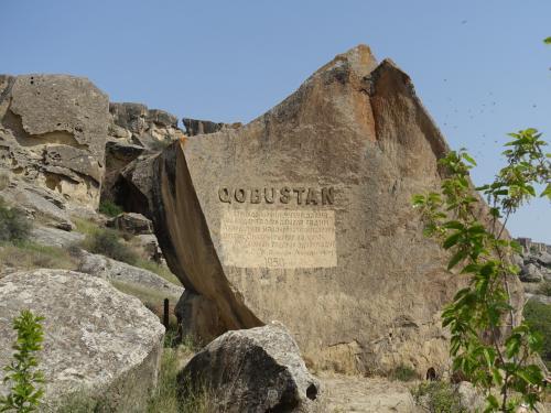 今回は、3つの岩山のうち、真ん中にあるヴィックタシュに行きました。