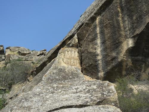 ほら、縦縞の岩の左に、人が並んだ様子が彫り込まれています。<br /><br />これがいちばん有名な絵かもしれません。