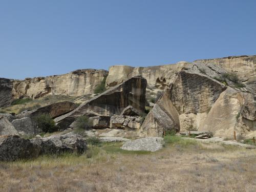 こんな岩山になぜ人々が住みついたのでしょうね。
