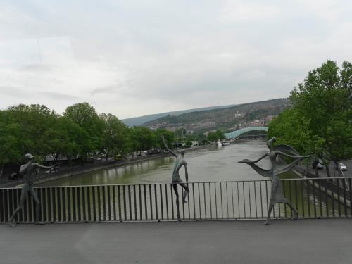 クラ川を越えて。奥に見えるのは平和橋です。