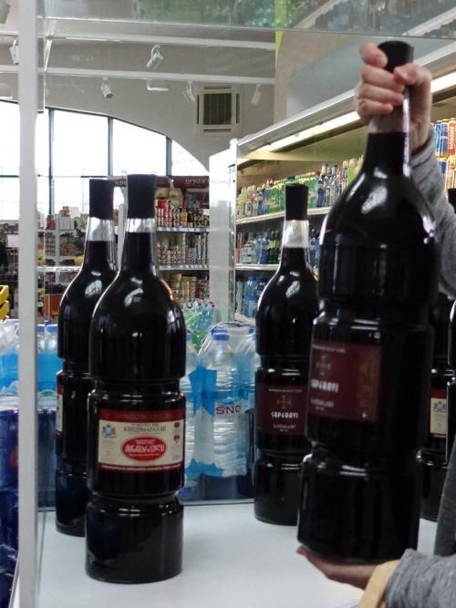 途中のトイレストップはスーパーマーケットで。<br /><br />巨大な(多分5Lくらい)のワインボトルが売られていました。PETボトルだから持ち上げられます。