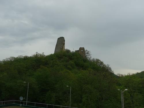 小山の上に見えるのは、ウジャルマ要塞。