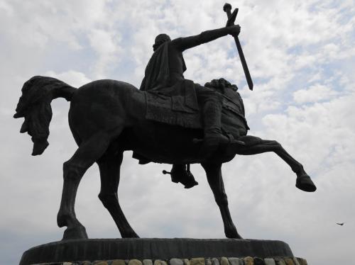 馬上から見下ろすのは、エレクレ二世。<br /><br />ロシアと条約を結んだことで、毀誉褒貶のある王様だそう。