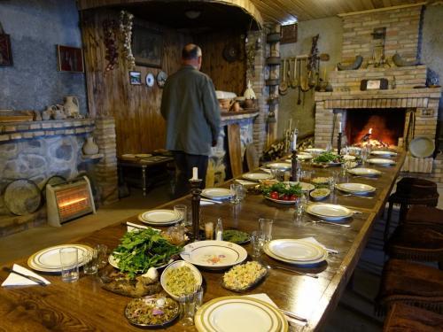 ディミトリさん。暖炉の手前には長テーブル。