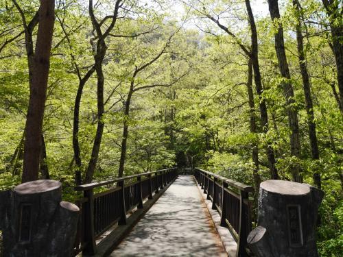 駐車場から男鹿川の橋を渡って行きます。