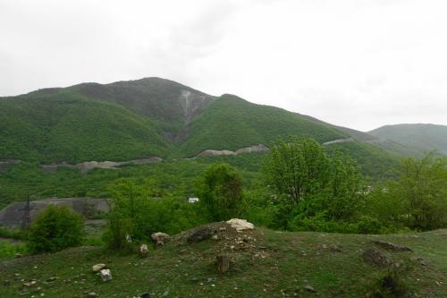トビリシを出て、ムツヘタの先からジョージア軍用道路に入ります。<br /><br />道端の若葉が気持ちいい。