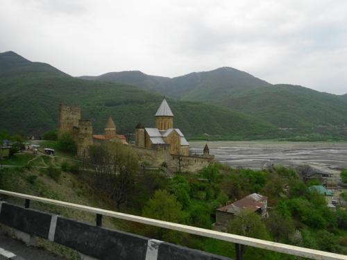 そのほとりに建つのはアナヌリ要塞教会。